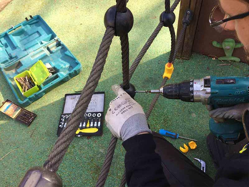 Réparation d'un cordage sur une structure d'aire de jeux