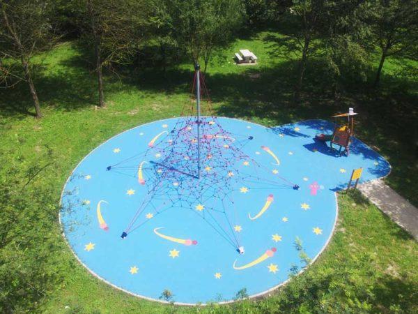 Aire de jeux thématique Espace  avec grande structure de cordes et sol souple à motifs