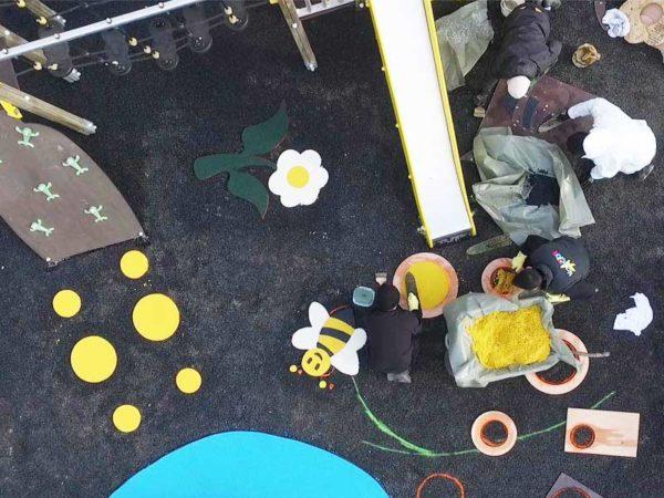 Mise en oeuvre des motifs de sol souple sur l'aire de jeux du Square Tobrouk à Sartrouville