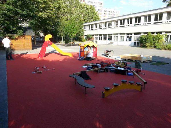 Installation de plusieurs jeux sur sol souple pour une école