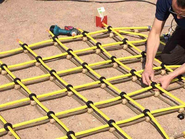 Réparation d'une aire de jeux - Remplacement du cordage d'une structure de jeux