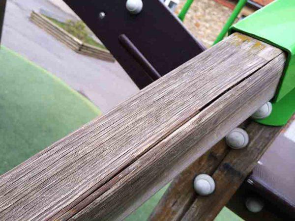 Contrôle d'une aire de jeux - Fissures dans la structure en bois