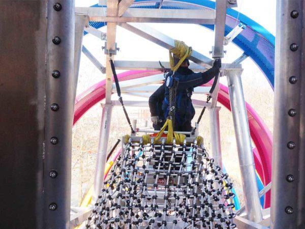 Réparation d'une aire de jeux - Remplacement du filet géant du dragon de La Villette