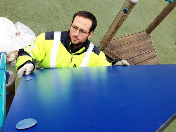 Réparation d'une aire de jeux - Remplacement d'un pan de toit