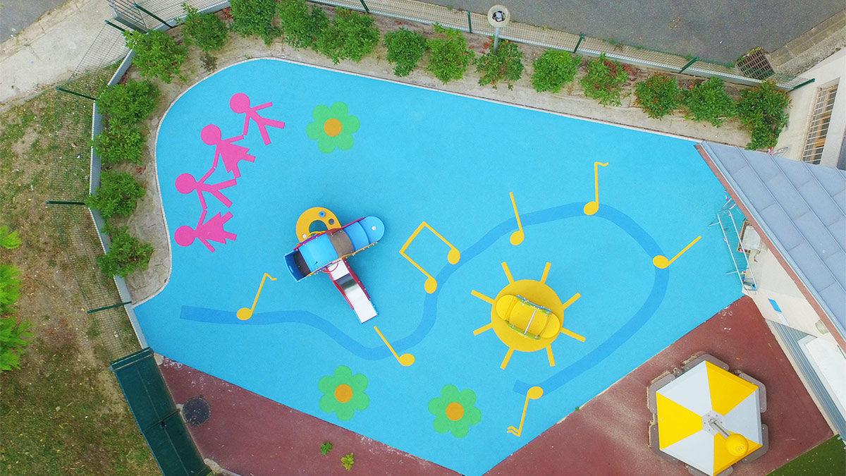 Aire de jeux thématique Dansons la capucine à Sartrouville avec des fleurs, notes de musiques et personnages en motifs de sol souple
