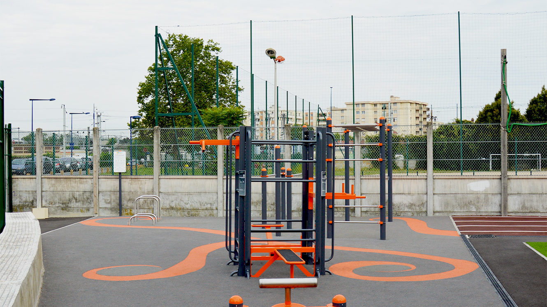 Equipements sportifs : Agrès de street-workout et sur sol souple à motifs