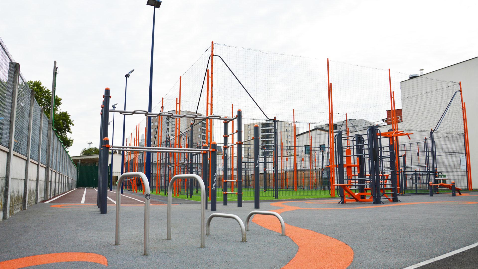 Terrain multisports en deux terrains sportifs, agrès de street-workout et piste d'athlétisme sur sol souple
