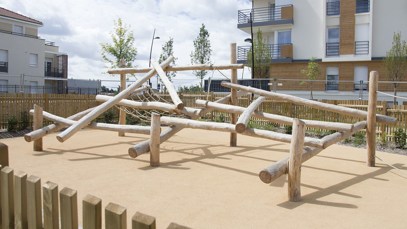 Mikado en bois naturel et cordages sur sol souple à Villecresnes