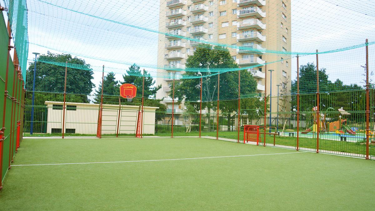 Multisports avec filet pare-ballon et gazon synthétique installés à Drancy