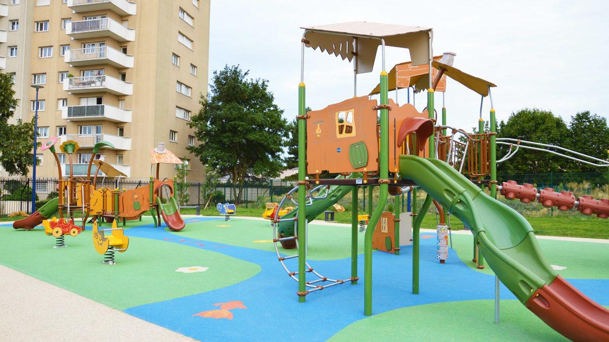 Aire de jeux d'extérieur avec plusieurs structures de jeux et sol souple à motifs installée à Drancy
