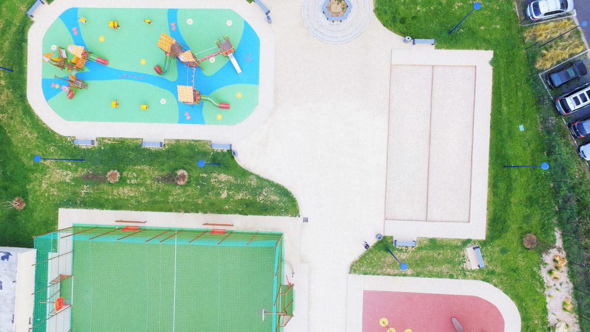 Multisports avec filet pare-ballon et gazon synthétique, fitness et aire de jeux à Drancy