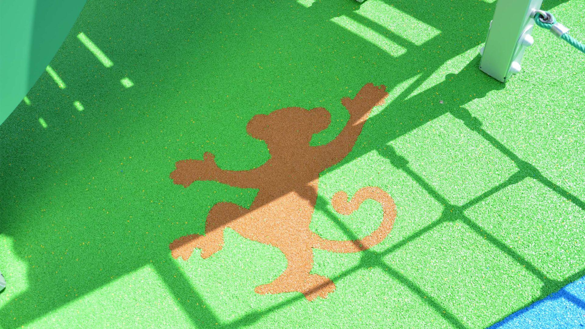 Gros plan sur le petit singe de l'aire de jeux thématique Jungle Luxuriante à Châtres