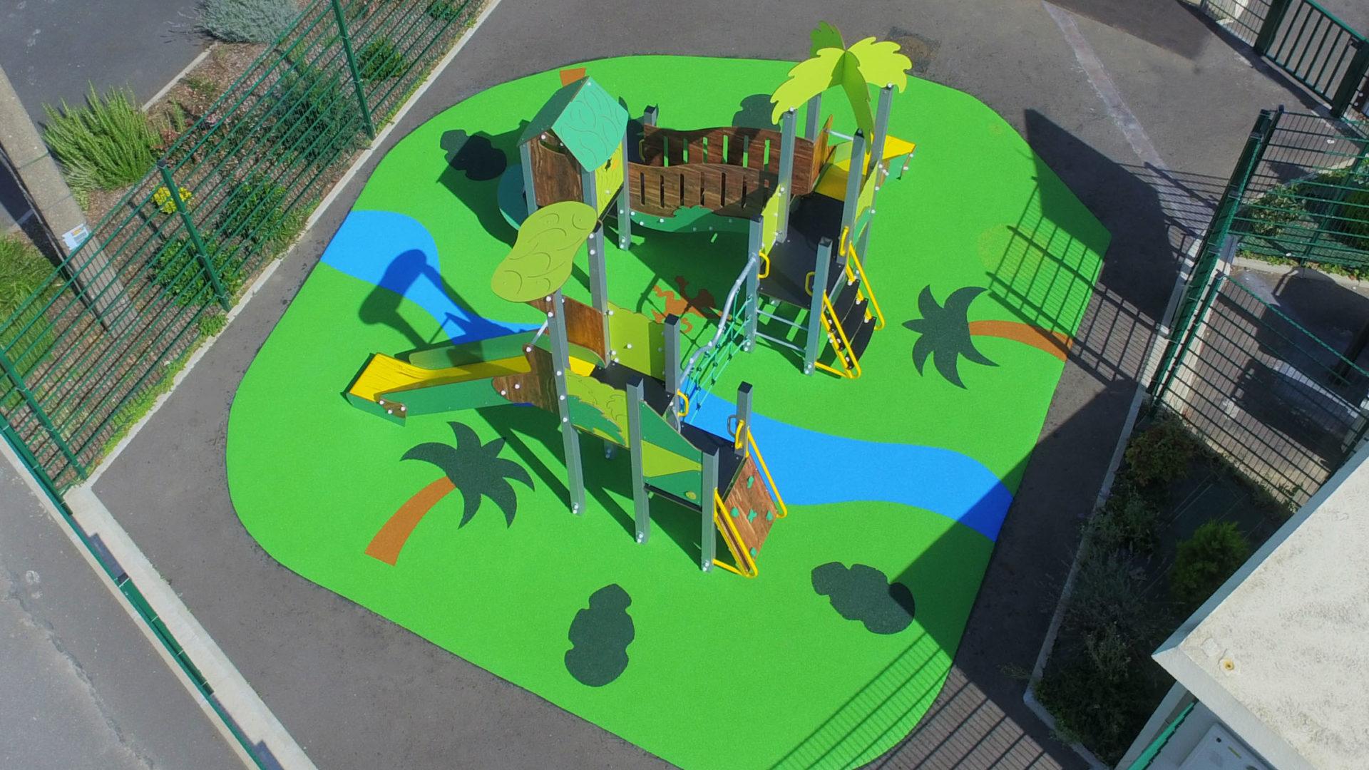 Aire de jeux thématique Jungle Luxuriante à Châtres, avec palmiers, rivière et petit singe en motifs de sol souple