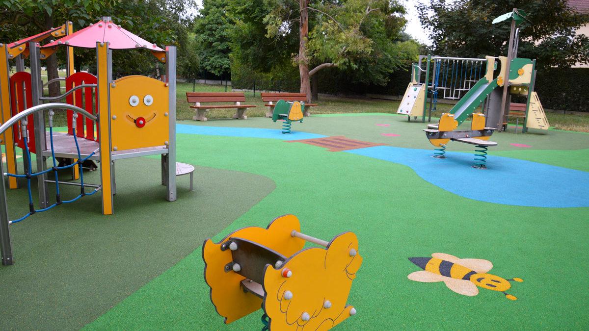 Aire de jeux thématique d'extérieur pour les enfants de Sartrouville avec sol souple