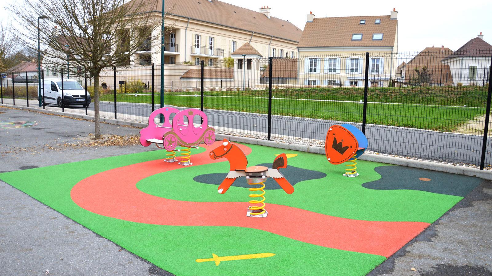 Aire de jeux thématique d'extérieur pour les enfants de Bailly-Romainvilliers avec sol souple
